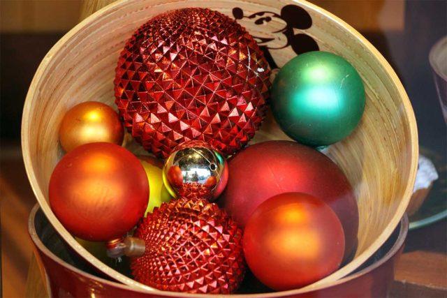 Amerikanische Weihnachtsdeko: Außergewöhnliche Strukturen und knallige Farben machen diese Weichnachtskugeln zu echten Hinguckern.