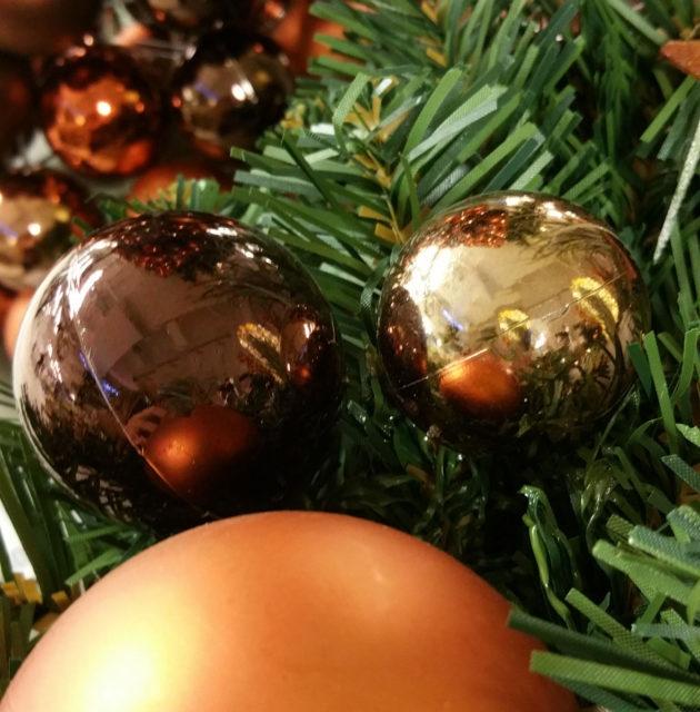 Weihnachtskugeln am künstlichen Weihnachtsbaum