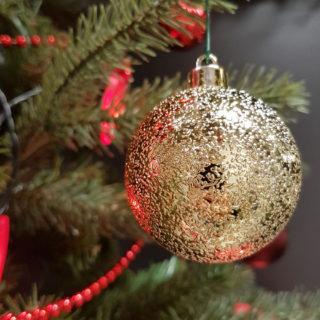 Goldene Weihnachtskugeln am Weihnachtsbaum