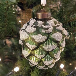 Grüne Weihnachtskugeln als Tannenzapfen