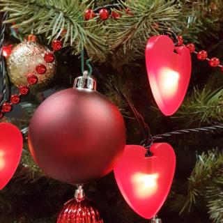 Rote Weihnachtskugeln mit roter Herz-LED-Lichterkette