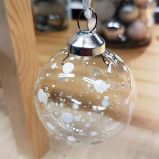 Transparente Weihnachtskugel mit weißen Farbpunkten