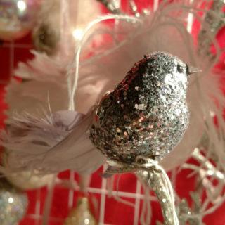Niedlicher Vogel als Dekoration für den Weihnachtsbaum