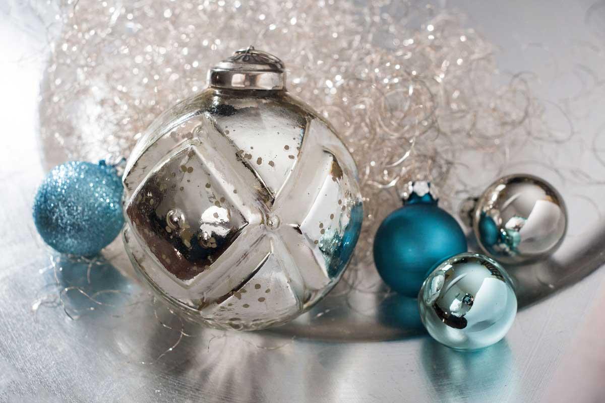 Weihnachtskugeln silber christbaumkugeln jetzt kaufen for Christbaumkugeln lila silber