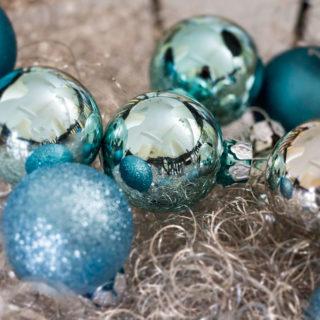 Kleine Weihnachtskugeln in der Farbe Eisblau, Silber und Türkis
