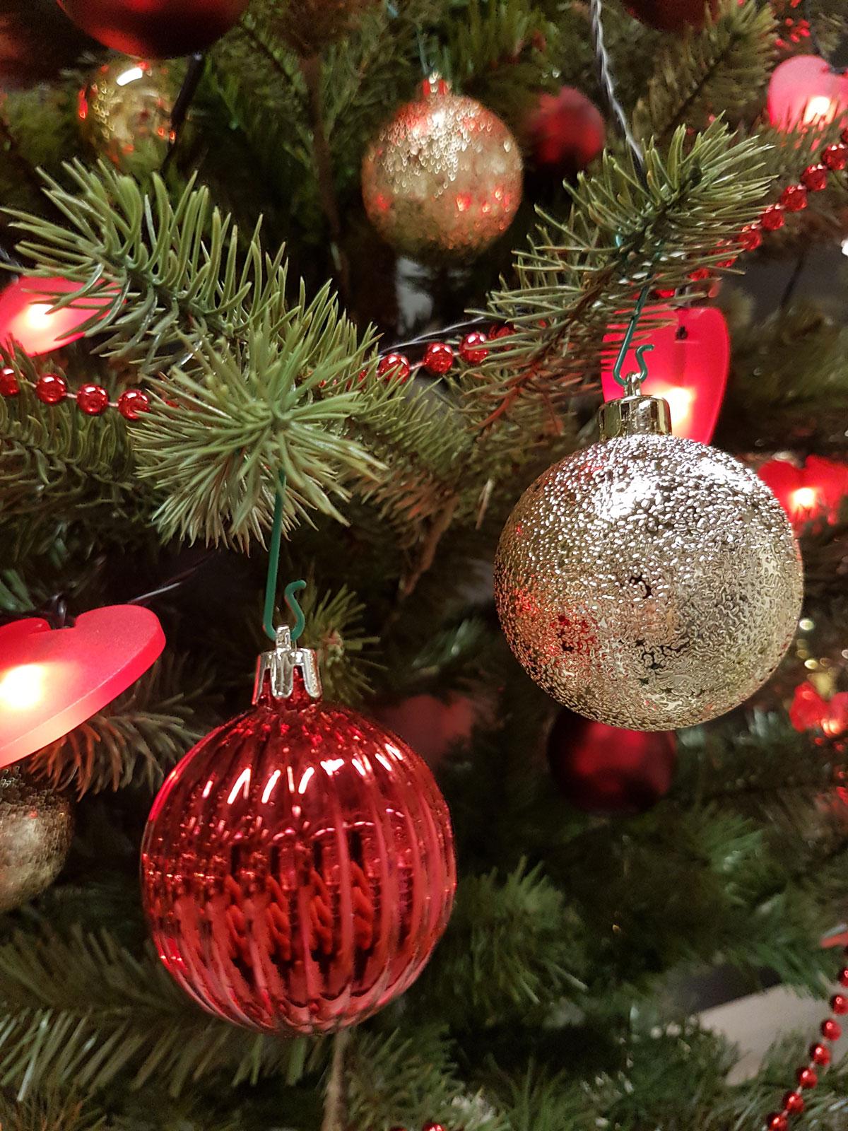 Rote weihnachtskugeln christbaumkugeln jetzt kaufen for Weihnachtskugeln bilder